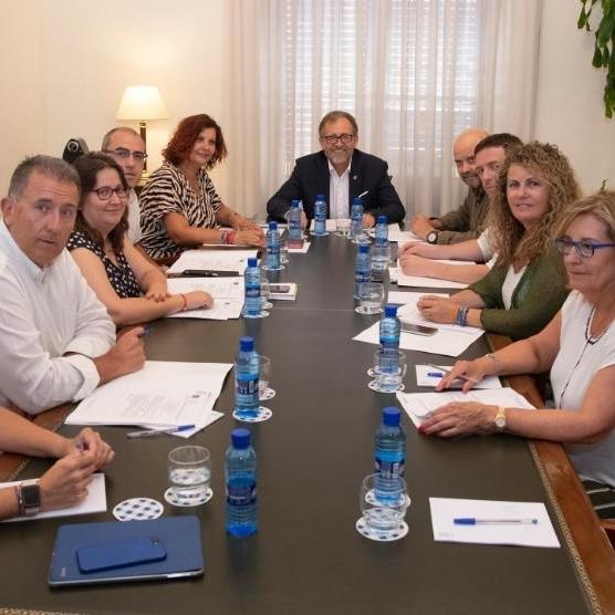 El presidente de la Diputación defiende el diálogo en su primera reunión con los portavoces